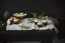 cupcakes s čiernym pivom a bielou čokoládou