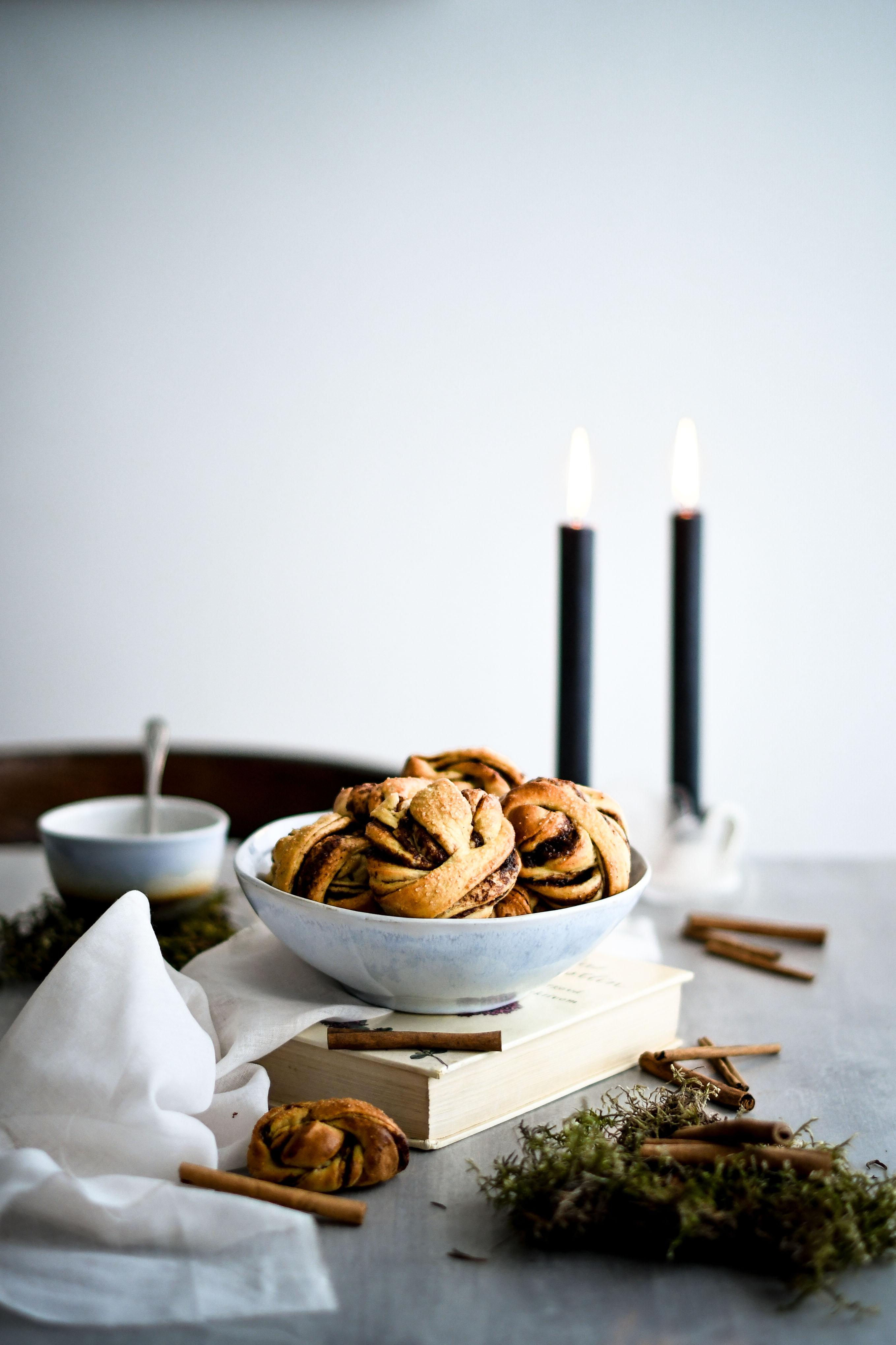 cinnamon and plum buns / hniezda so slivkovým lekvárom a škoricou