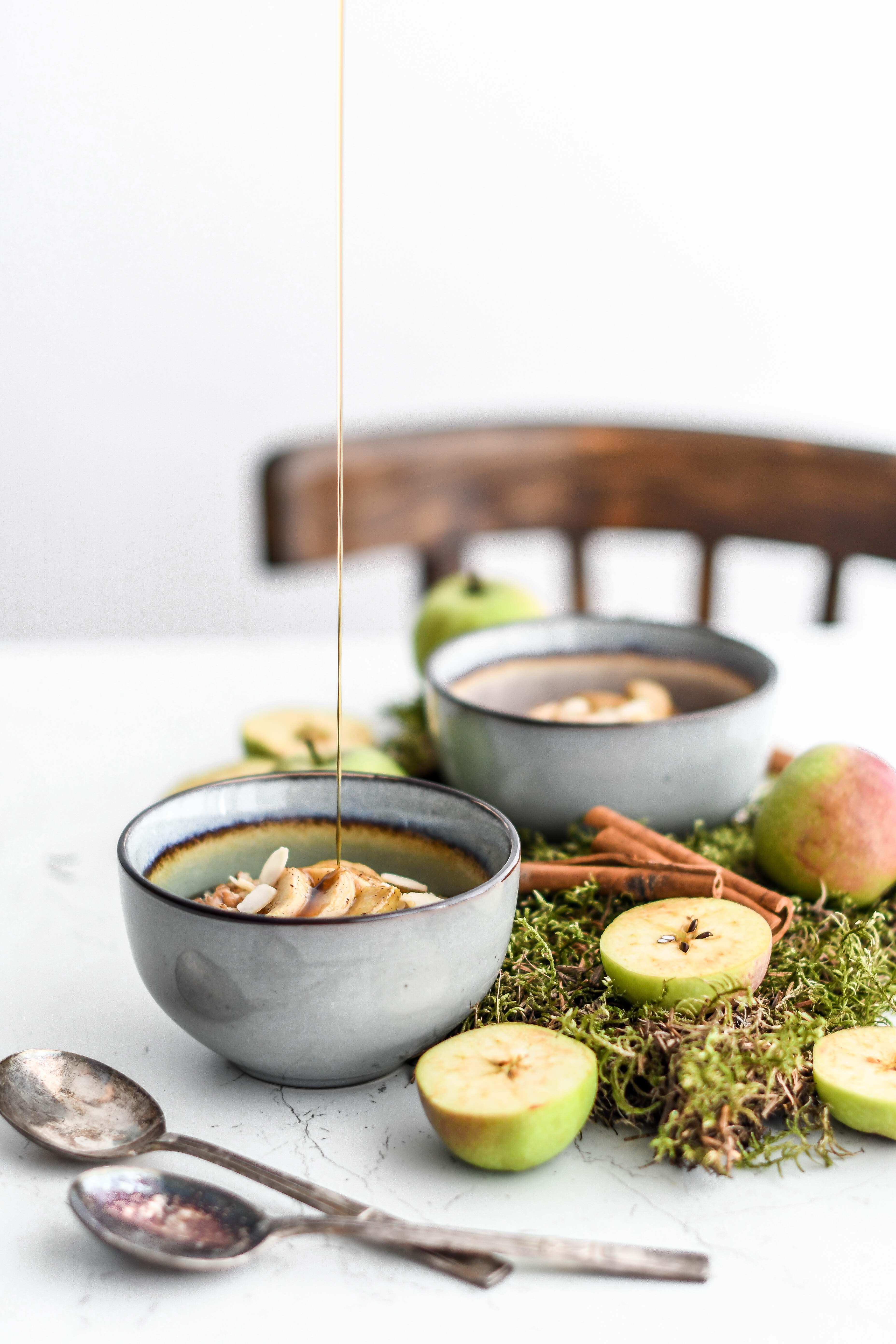 apple porridge oats ovsena kasa s jablkami photography