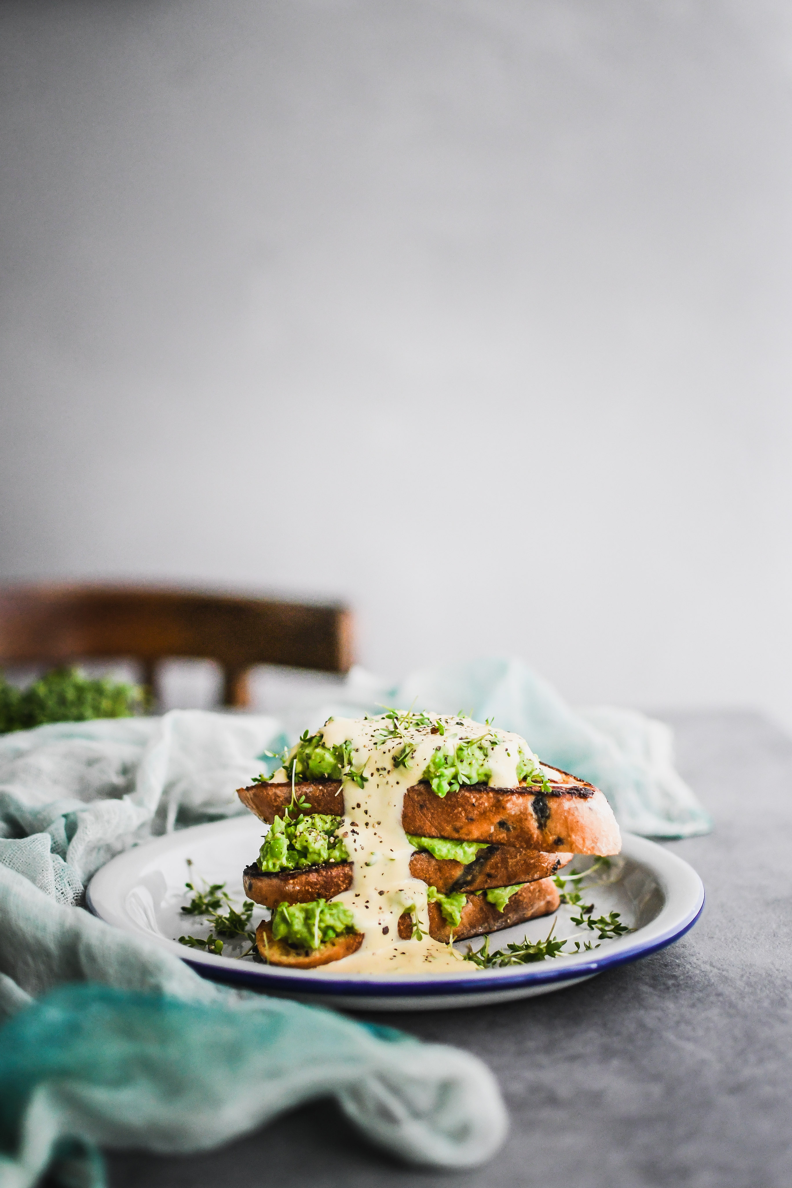 chlebík vo vajíčku s hráškovou nátierkou french toast with peas and hollandaise